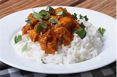 Curry Mit Reis - chicken curry mit reis und koriander auf stockfoto
