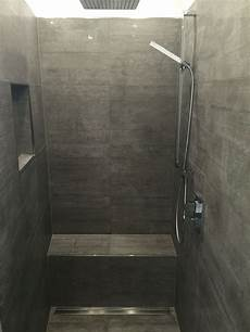 begehbare dusche fliesen begehbare dusche graue fliesen in betonoptik geflieste sitzbank begehbare dusche mit