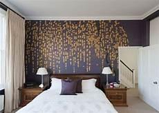 tapeten für schlafzimmer bilder schlafzimmer tapeten lila goldene farbe natur muster
