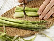 grünen spargel schälen gr 252 ner spargel im knusperteig rezept eat smarter