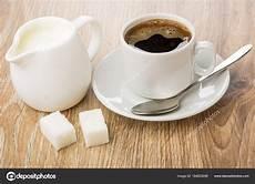 kaffee mit milch hei 223 en kaffee in der tasse kanne milch zucker l 246 ffel