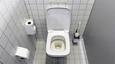 Toilette Reinigen Frau Schw 246 Rt Auf Diesen Geheim Tipp