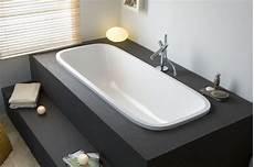 Freistehende Badewanne Einbauen - badewanne auf podest mit stufen vor dem fenster in bad 1