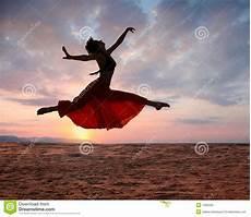 Femme Branchante De Coucher Du Soleil Image Stock Image