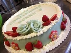 zuccotto con pan di spagna e crema pasticcera torta di compleanno in pan di spagna farcita di crema pasticcera e fragole e ricoperta di panna