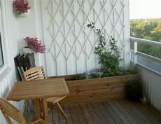 Balkon Gestaltung Hochbeet Holz Efeu Wand Rankgeruest