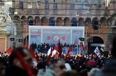 unicredit bologna sede centrale giornata di caos in centro tra cortei di studenti e operai