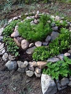 gartengestaltung mit deko aus steinen und gr 252 nen pflanzen