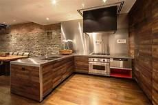wandgestaltung küche beispiele wandverkleidung holz 55 beispiele dass holzw 228 nde den