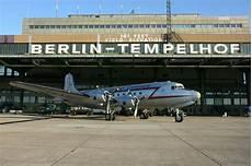 fotograf berlin tempelhof rosinenbomber in berlin tempelhof foto bild luftfahrt