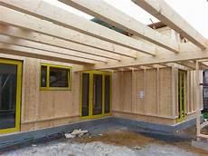 mcb holzhausbau eingangsbereich am massivholzhaus unter