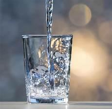 bilder in glas in einem glas trinkwasser stecken millionen bakterien welt