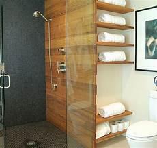 badezimmer regale wandgestaltung holz glas trennwand