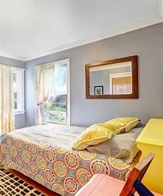 da letto semplice da letto semplice con le pareti chiaro immagine