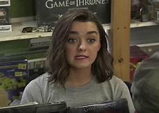 arya stark schauspielerin arya stark pretends to be a store clerk hilariously