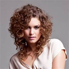 coupe courte cheveux frisés visage rond coupe courte homme 2015