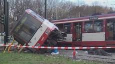Unfall Düsseldorf Heute - stra 223 enbahn entgleist 10 verletzte in d 252 sseldorf bilk am