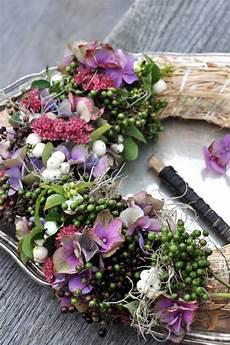 deko mit getrockneten hortensien hortensien u beeren herbstdeko minimalistisch
