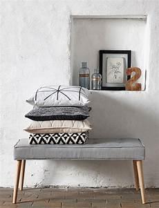 Teppich Für Treppe - die zierliche polsterbank mit dem grauen baumwollpolster