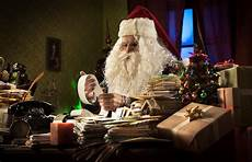 entspannen zu hause santa claus die sich zu hause entspannt stockbild bild