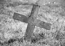 croix marquant une tombe en bois photographie sarahdoow