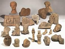 antichi vasi funebri importante collezione di sculture templari asta reperti