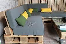 salon de jardin en palette en bois palettes bois pour construire un jardin potager suspendu