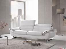divani in divano moderno bianco in pelle con piedini in acciaio