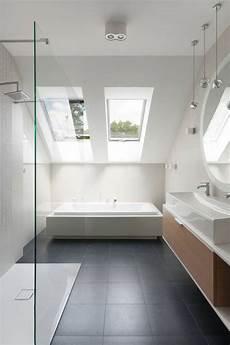 Badewanne Im Wohnzimmer - minimalistisches bad dachschr 228 ge graue bodenfliesen