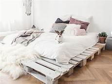 Einrichtungsideen Schlafzimmer Selber Machen - einfaches bett aus paletten selber bauen