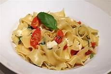 Bandnudeln Mit Frischen Tomaten Mozzarella Und Basilikum