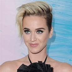 katy perry kurze haare katy perry just committed to pixie haircut by going