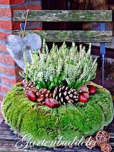 Blumenkübel Winterfest Machen - kranz aus moos heide kastanien zapfen ideen rund