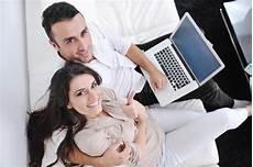 entspannen zu hause frohe paare entspannen sich und arbeiten an laptop zu hause stockfoto bild erwachsener