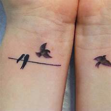 tatouage poignet oiseau tatouage poignet oiseau cochese