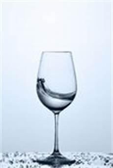 sta su bicchieri vetro onda di acqua trasparente nel bicchiere di mentre