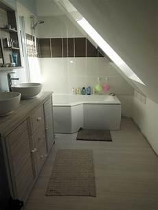 salle de bain combles baignoire lapeyre sous comble parquet blanc