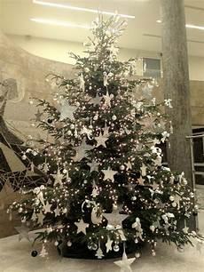 weihnachtsbaum rot silber geschmückt die straussbar florale konzepte oh tannenbaum ein