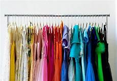 kleiderschrank nach farben sortieren ordnung im kleiderschrank 40 tipps zum einr 228 umen