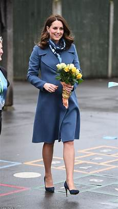 prinzessin kate schwanger kate middleton wears a blue maternity dress
