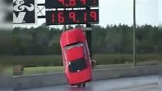Accident De Voiture De Course Une Voiture De Course S Envole Et Se Crashe Violemment