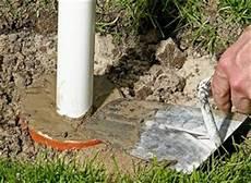 wie baue ich einen gartenzaun anleitung fundament f 252 r zaunpfosten betonieren diy info