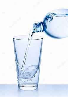 sta su bicchieri vetro versare l acqua nel bicchiere foto stock 169 kubais 5610061
