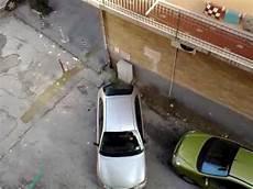 donne al volante divertenti tentativo di parcheggio attenzione