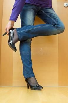 femme enlevant ses chaussures image stock image du