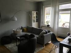 modernes wohnzimmer mit parkettboden dunkelgrauer couch
