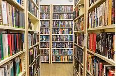 scaffali biblioteca libri sugli scaffali per libri in una libreria immagine