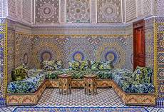 carrelage traditionnel marocain courtyard decorated with mosaic and carvings in a moroccan