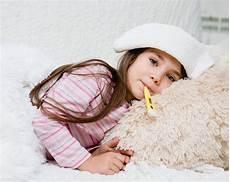 fieber senken bei kindern fieber bei kleinkindern wadenwickel als fiebersenkendes