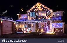 Haus Mit Weihnachtsbeleuchtung Stockfoto Bild 76344456